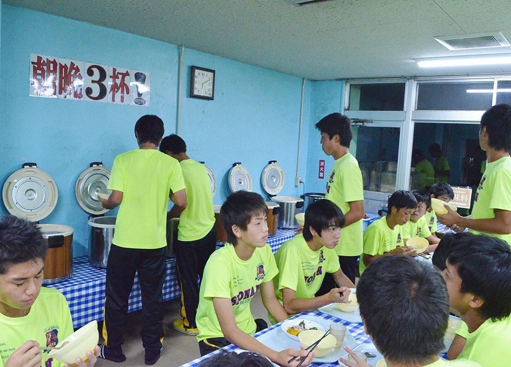 「朝食と夕食は、どんぶりでご飯3杯ずつ食べる」立正大淞南高校の寮生の1日!