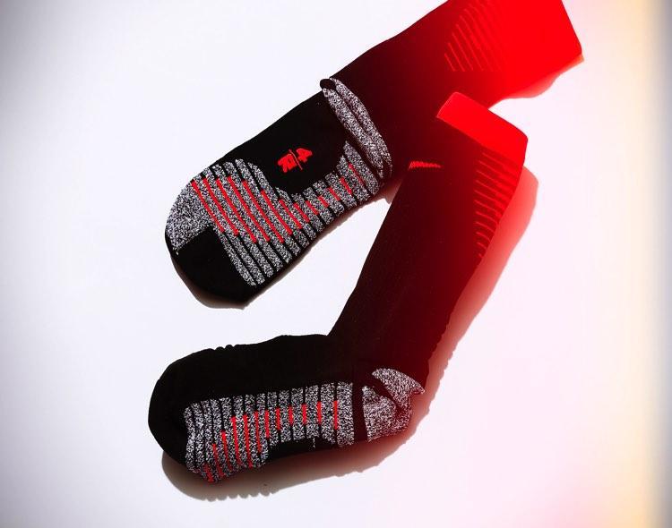 足を守り、自然な動きを可能にする高機能ソックス
